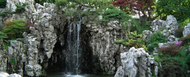 Китайска градина с водопад