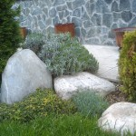 Цветен бордюр с камъни