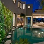 Басейн с вертикална градина